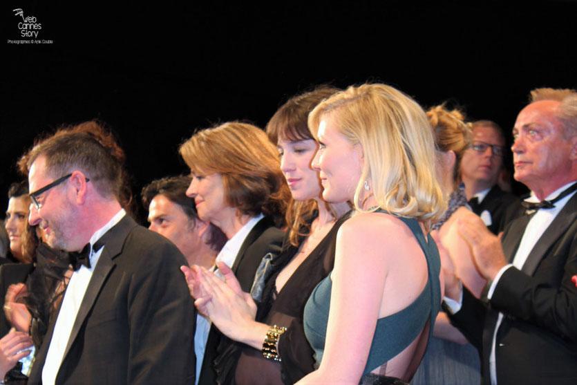 """Lars Von Trier, entouré de ses actrices, Kirsten Dunst, Charlotte Gainsbourg et Charlotte Rampling lors de la projection de son film  """"Melancholia"""" - Festival de Cannes 2011 - Photo © Anik Couble"""