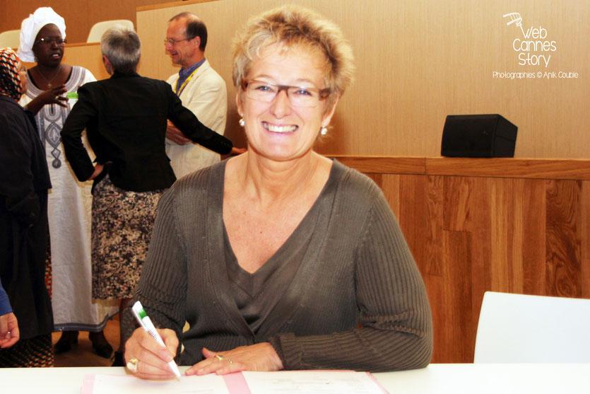 """Evelyne Huyebroeck, signant """"La déclaration de Lyon"""" à l'issue de la conférence européenne des Régions pour le climat - Lyon - 0ctobre 2011  © Anik COUBLE"""