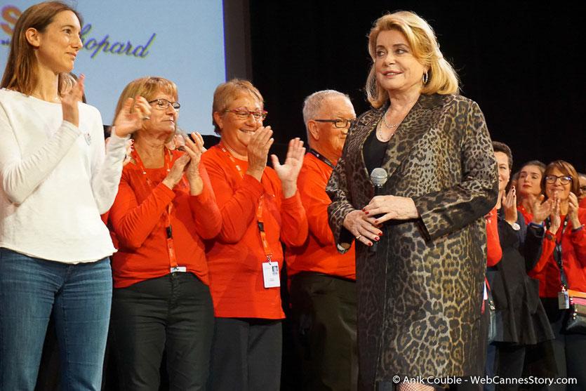 Les bénévoles, sur la scène de la Halle Tony Garnier, accueillant Catherine Deneuve - Clôture du Festival Lumière - Lyon - Octobre 2016 - Photo © Anik Couble