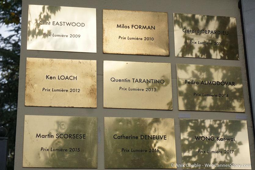 Les plaques des lauréats du prix Lumière, sur le mur des réalisateurs, posées, chaque année, à l'issue du tournage du remake de la Sortie des Usines Lumière - Festival Lumière 2017 -  Lyon - Photo © Anik Couble