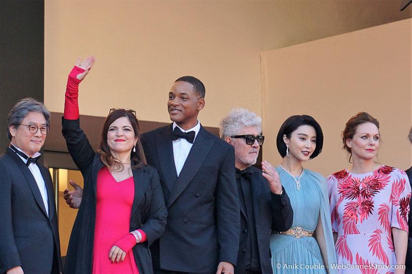 Park Chan-wook, Agnès Jaoui, Will Smith, Pedro Almodóvar, Fan Bingbing et Maren Ade en haut des marches du Palais, avant la cérémonie d'ouverture du 70e Festival de Cannes - Festival de Cannes 2017 - Photo © Anik Couble