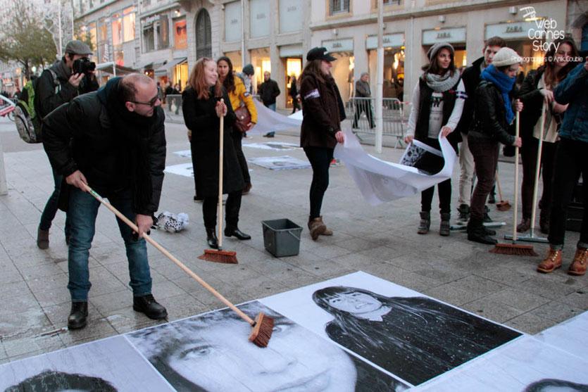 """Ali Kismoune, président du Club Diversité Rhône-Alpes, en plein travail sur le projet """"Inside Out"""" de l'Artiste JR - Lyon déc 2013 - Photo © Anik COUBLE"""