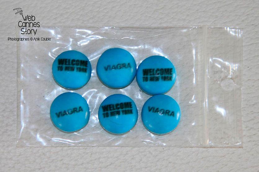 Les petites pilules bleues, contenues dans le Kit WTNY,  remis aux invités de la soirée du Film « Welcome to New York » d'Abel Ferrara - Festival de Cannes 2014 - Photo © Anik C