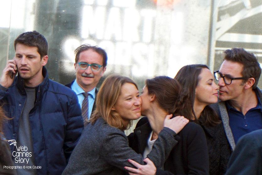"""A droite, Michel Hazanavicius embrassant Bérénice Bejo, lors du remake de """"Sortie d'Usine"""" dirigé par Martin Scorsese - Lyon - Festival Lumière 2015 - Photo © Anik COUBLE"""