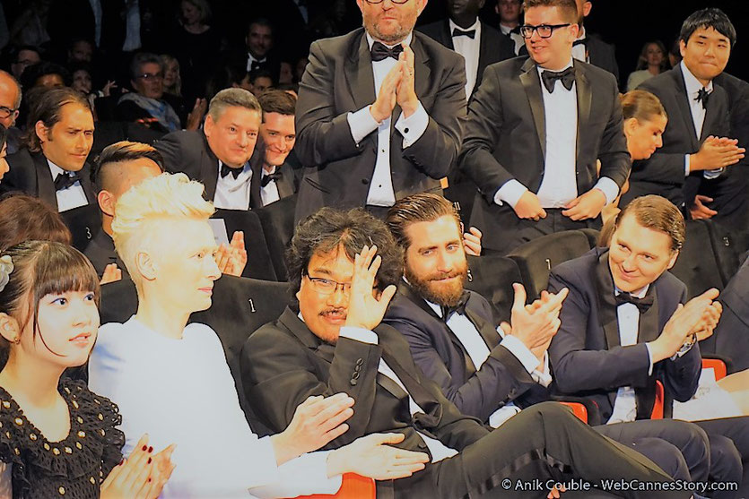 Tilda Swinton, entourée de Bong Joon Ho, Seo-Hyun Ahn, Jake Gyllenhaal et Paul Dano, lors de la projection du film Okja, de Bong Joon Ho - Festival de Cannes 2017 - Photo © Anik Couble