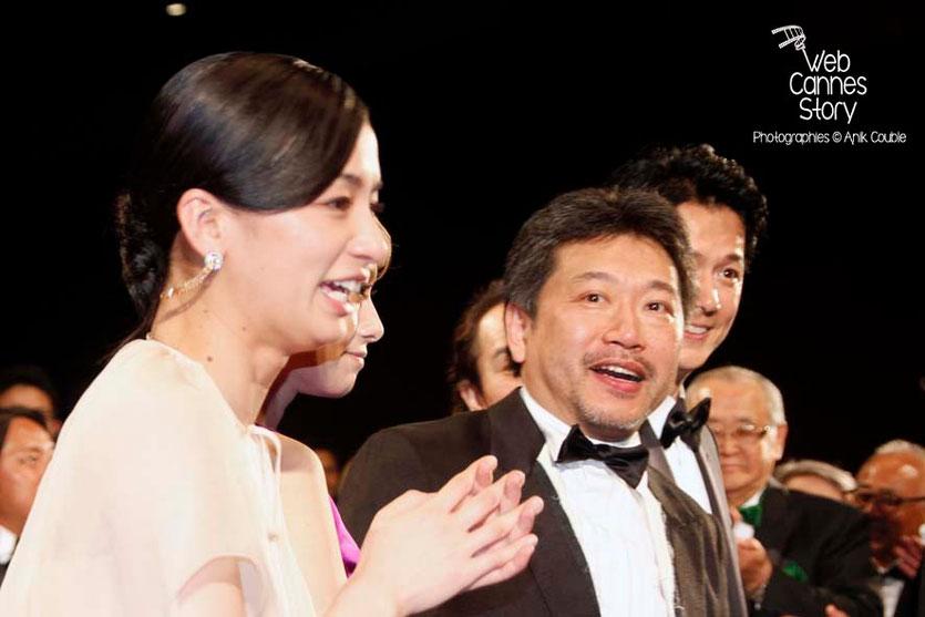 """Kore-Eda Hirokazu, réalisateur du film japonais """"Tel père, tel fils"""", entouré de Machiko Ono et Masaharu Fukuyama - Festival de Cannes 2013 - Photo © Anik COUBLE"""
