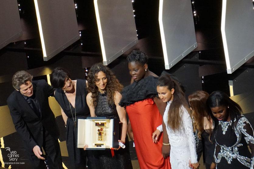 """Houda Benyamina,  Caméra d'or pour  """"Divines """", entouées de ses actrices - Festival de Cannes 2016 - Photo © Anik Couble"""