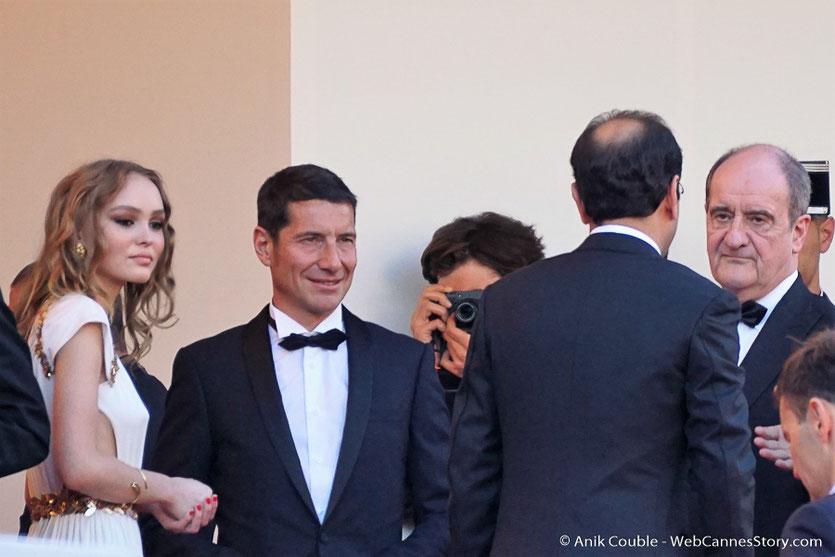 Lily-Rose Depp, David Lisnard, Maire de Cannes, Pierre Lescure et Asghar Farhadi (de dos), en haut des marches, avant la cérémonie d'ouverture du 70e Festival de Cannes - Festival de Cannes 2017 - Photo © Anik Couble