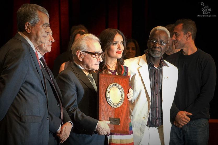 Martin Scorsese entouré de Salma Hayek, Souleymane Cissé, Gérard Collomb et Abbas Kiarostami - Remise du Prix Lumière - Festival Lumière - Lyon - Oct 2015 - Photo © Anik COUBLE