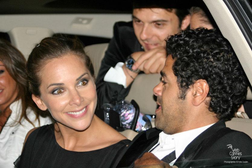 """Jamel Debbouze et Melissa Theuriau, entourés de leurs fans, à la sortie de la soirée du film """"Hors la loi"""" de Rachid Bouchareb - Festival de Cannes 2010 - Photo © Anik Couble"""