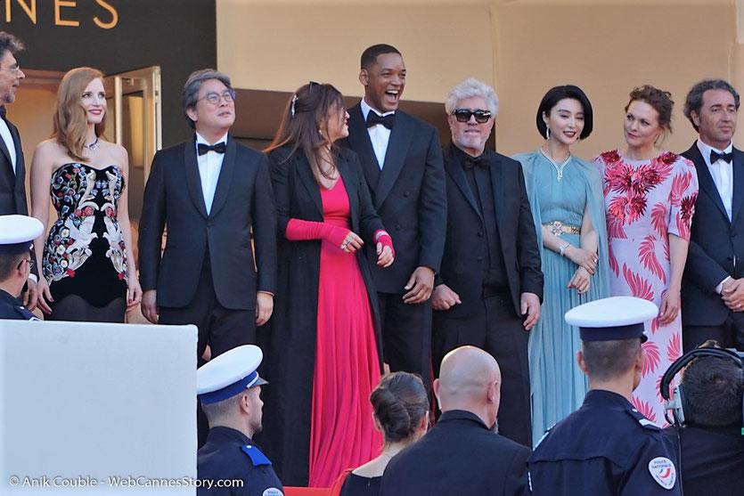 Le jury du 70e Festival de Cannes, présidé par le réalisateur espagnol Pedro Almodóvar, en haut des marches du Palais, pour assister à la cérémonie d'ouverture du 70e Festival de Cannes  -Festival de Cannes 2017 - Photo © Anik Couble