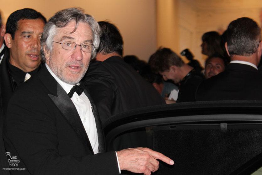 Robert De Niro, Président du Jury, Thierry Fremaux et Pascaline et Esméralda, les célèbres femmes  panthères - Festival de Cannes 2011 - Photo © Anik Couble