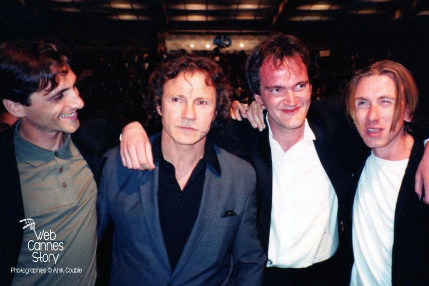 """Lawrence Bender, Harvey Kheitel, Quentin Tarantino et Tim Roth à la sortie de la projection du film """"Reservoirs Dogs""""- Festival de Cannes - 1992 - Photo © Anik COUBLE"""