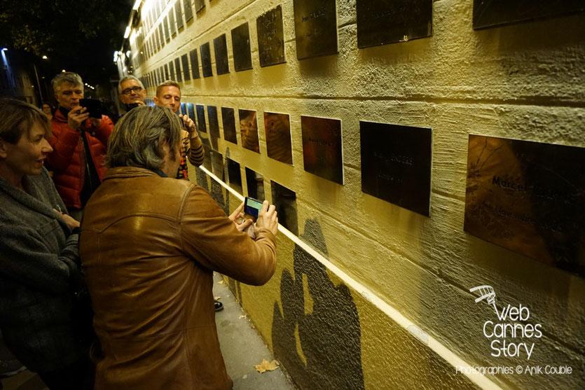 Mads Mikkelsen, devant le mur des réalisateurs, sur lequel a été posée la plaque de Nicolas Winding Refn - Festival Lumière 2015 - Lyon - Photo © Anik COUBLE