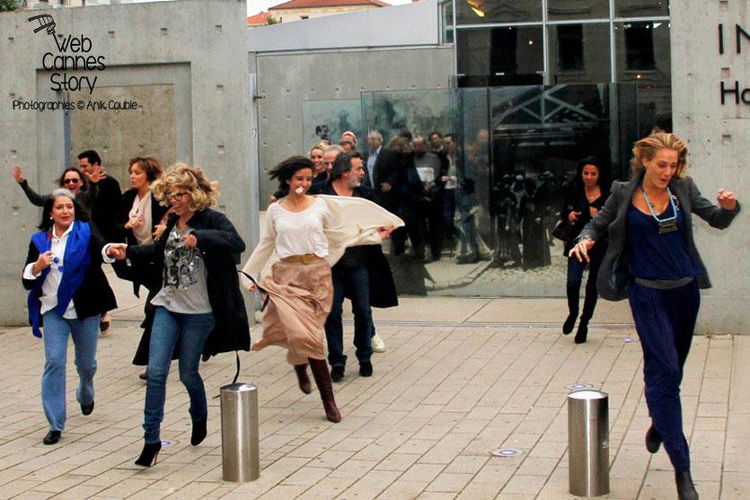 Remake de la sortie des usines Lumière avec Uma Thurman à droite et Françoise Fabian à gauche - Festival Lumière - Lyon - Octobre 2013 - Photo © Anik COUBLE