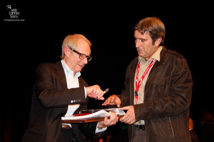 Ken Loach, en séance d'autographes - Festival Lumière 2012 - Lyon - Photo © Anik Couble