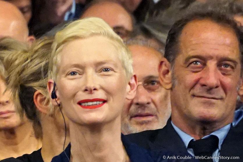 Tilda Swinton, Vincent Lindon et Jerry Schatzberg , au milieu des invités de la Halle Tony, lors de la cérémonie d'ouverture du Festival Lumière 2017 - Lyon - Photo © Anik Couble