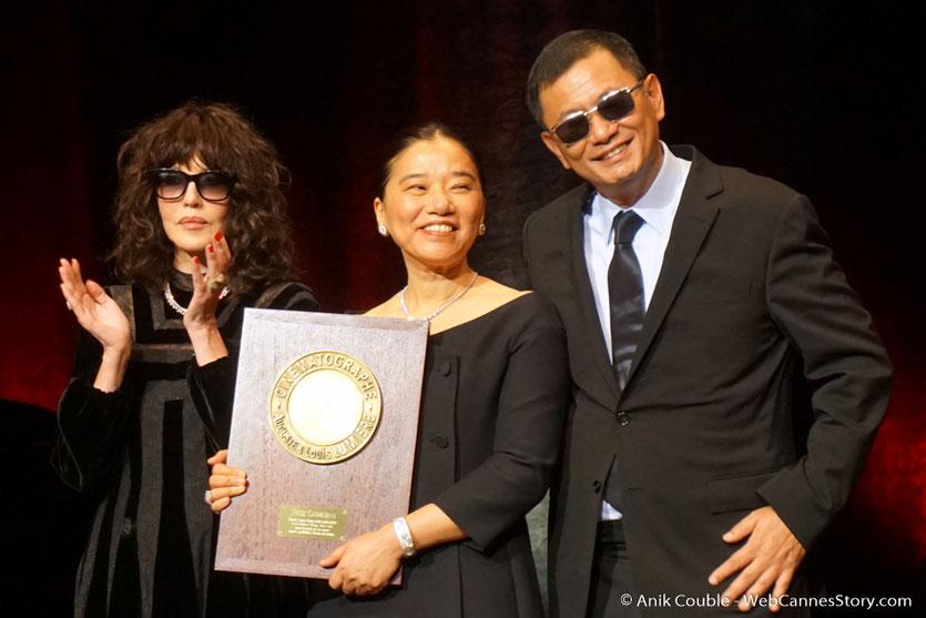 Wong Kar-wai, en compagnie d'Isabelle Adjani et de sa femme Esther, à laquelle il a dédié son Prix Lumière - Cérémonie de remise du Prix Lumière à Wong Kar-wai - Festival Lumière 2017 - Lyon  - Photo © Anik Couble