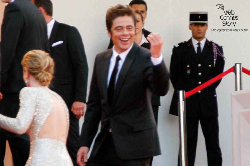 """Benicio Del Toro et Emily Blunt, sur les marches pour la projection du film """"Sicario"""" de Denis Villeneuve - Festival de Cannes 2015 - Photo © Anik COUBLE"""