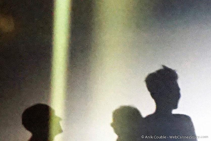 Tilda Swinton, ken Loach et Paul Laverty, en ombres chinoises, sur la scène du Palais des festivals, pour célébrer les 70 ans du Festival de Cannes - Festival de Cannes 2017 - Photo © Anik Couble