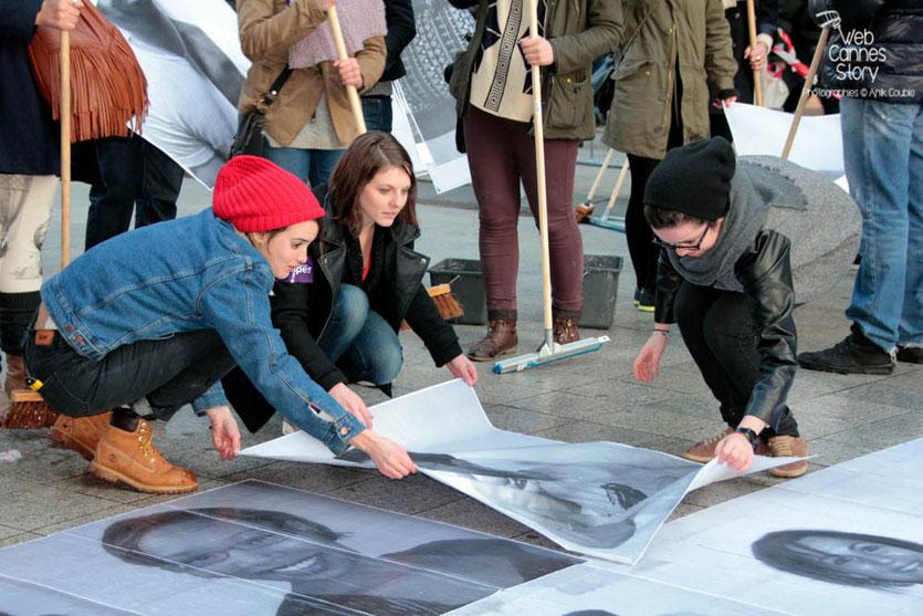 """Charlotte Le Bon, en pleine action, entourée des participants du projet """"Inside Out"""" de l'Artiste JR - Lyon  Déc 2013 - Photo © Anik COUBLE"""