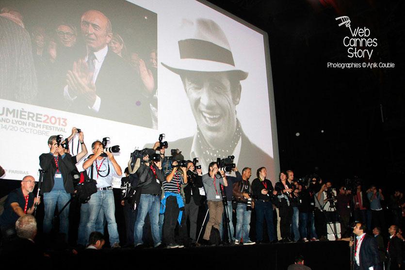 Les nombreux médias, sur scène, lors de l'hommage à Jean-Paul Belmondo- Festival Lumière - Lyon - Oct 2013 - Photo © Anik COUBLE