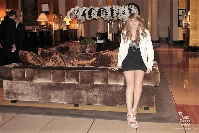 Petite halte à l'Hôtel Majestic Barrirère après la première montée de marches pour Jessica Claude, une jeune lycéenne lyonnaise - Festival de Cannes 2012 - Photo  © Anik Couble