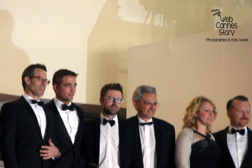 L'équipe du film «The Rover» de David Michôd, en haut des marches, dont Guy Pearce, Robert Pattinson et  David Michôd  - Festival de Cannes 2014 - Photo © Anik COUBLE