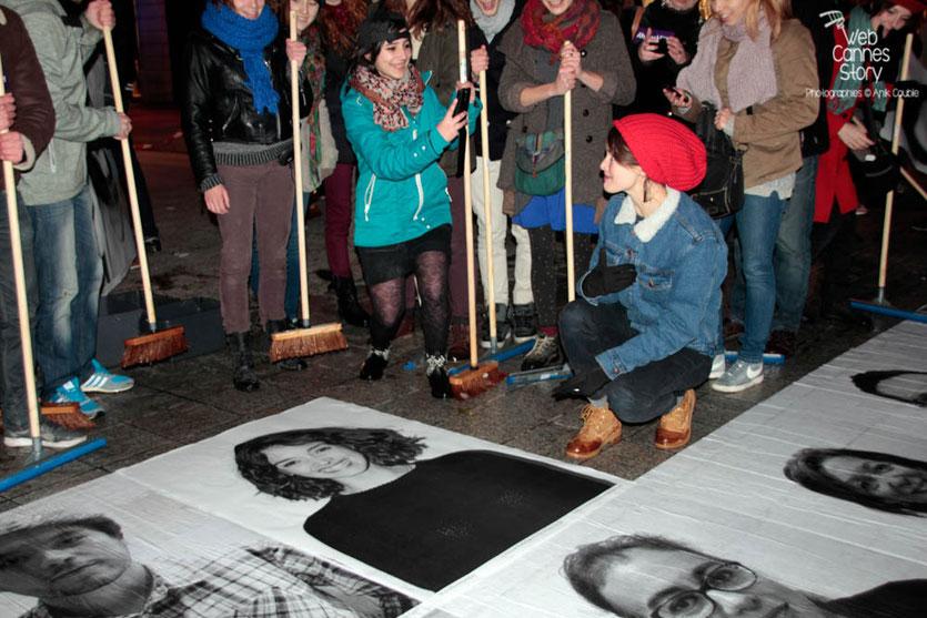 """Charlotte Le Bon, après la pose de son portrait, entourée des participants du projet """"Inside Out"""" de l'Artiste JR - Lyon  Déc 2013 - Photo © Anik COUBLE"""