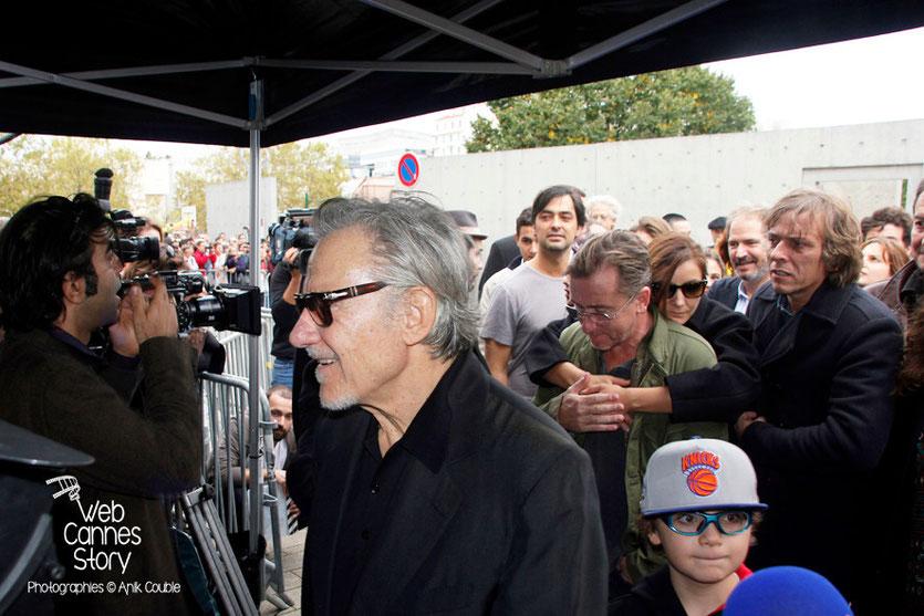 Harvey Keitel, au 1er plan, lors du remake de la sortie des usines Lumière - Festival Lumière - Lyon - Octobre 2013 - Photo © Anik COUBLE