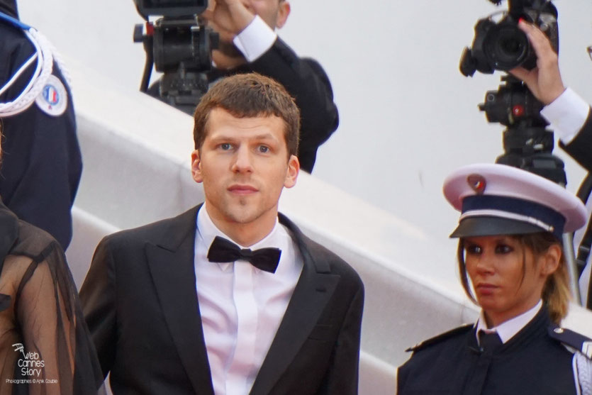 "Jesse Eisenberg, sur les marches, avant la projection du film ""Café Society de Woody Allen - Festival de Cannes 2016 - Photo © Anik Couble"