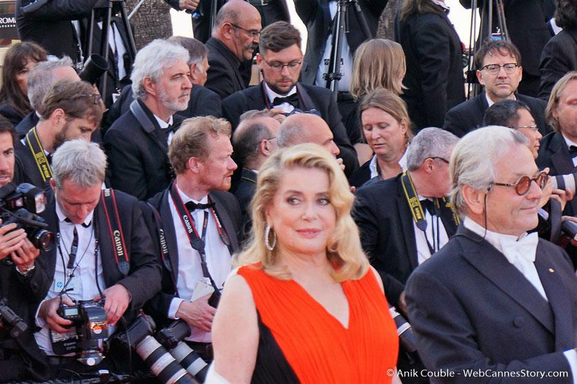 Catherine Deneuve et George Miller, sur le tapis rouge, pour assister à la cérémonie des 70 ans du Festival de Cannes - Festival de Cannes 2017 - Photo © Anik Couble
