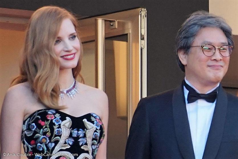 Jessica Chastain et Park Chan-wook, membres du jury, en haut des marches du Palais, pour assister à la cérémonie d'ouverture du 70e Festival de Cannes - Festival de Cannes 2017 - Photo © Anik Couble