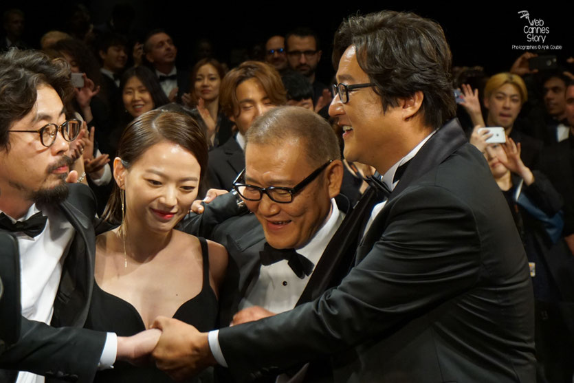 "Na Hong Jin en compagnie de ses acteurs, Chun Woo Hee, Kwak Do Won et Jun Kunimur, lors de la projection de son  film ""Goksung"" (The Strangers) - Festival de Cannes 2016 - Photo © Anik Couble"