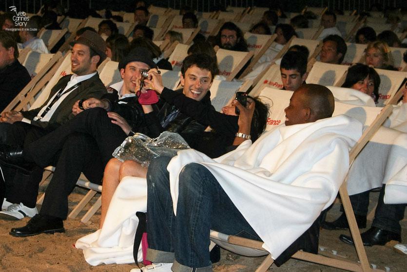 """Jeff et Michael Zimbalist,  installés dans les transats du cinéma de la plage, lors de la projection de leur documentaire """" The Two Escobars """"  - Festival de Cannes 2010 - Photo © Anik Couble"""