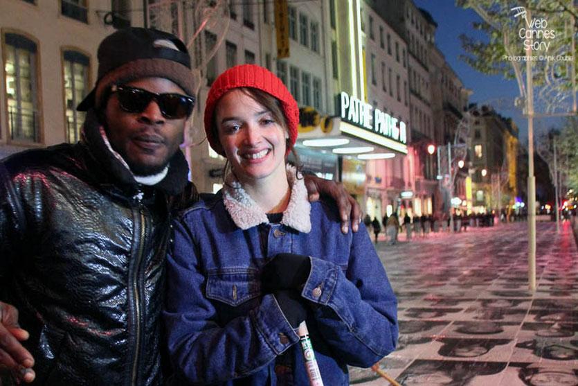 """Charlotte Le Bon et un bénévole du projet """"Inside Out"""" de l'Artiste JR - Lyon  Déc 2013 - Photo © Anik COUBLE"""