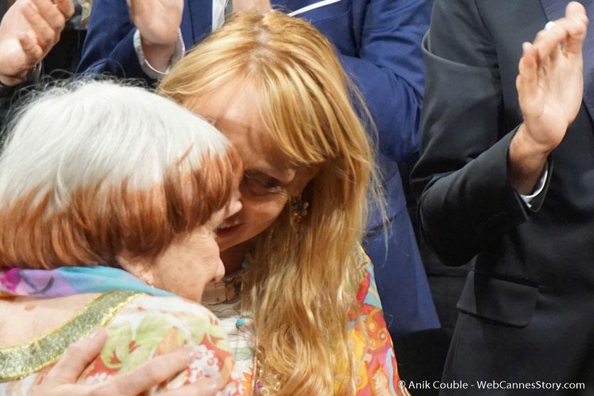"""Agnès Varda et sa fille Rosalie Varda-Demy, lors de la projection du film documentaire """"Visages Villages"""" qu'elle a coréalisé avec JR - Festival de Cannes 2017 - Photo © Anik Couble"""
