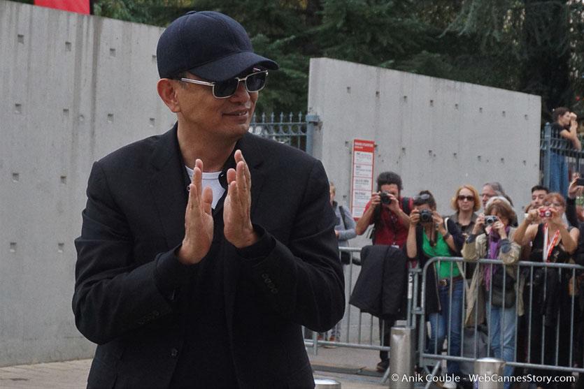 Wong Kar-wai, applaudissant son équipe technique, lors du tournage du remake de la Sortie des Usines Lumière - Festival Lumière 2017 -  Lyon - Photo © Anik Couble