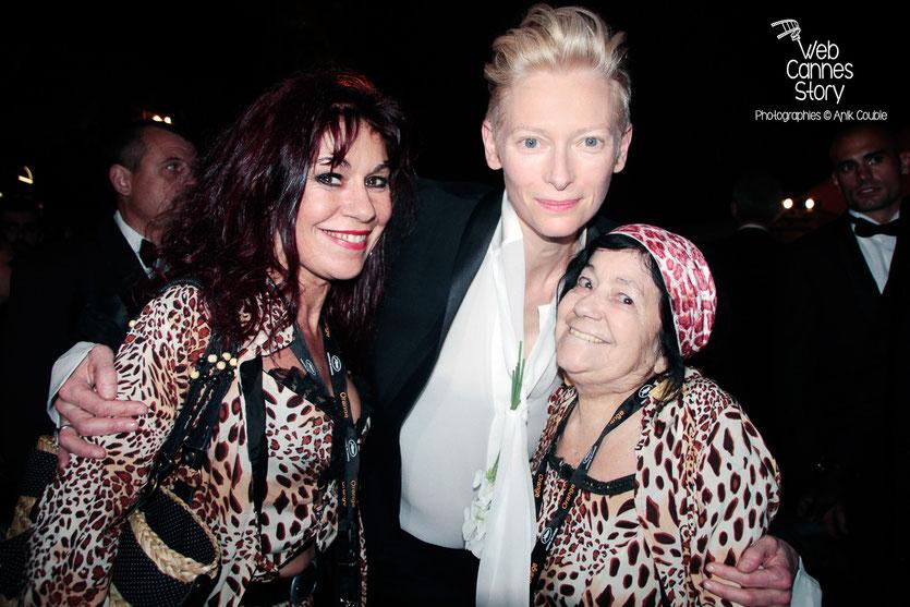Pascaline Benito et Esméralda Petit-Benito, les célèbres femmes panthères, en compagnie de Tilda Swinton - Festival de Cannes 2012 - Photo © Anik Couble