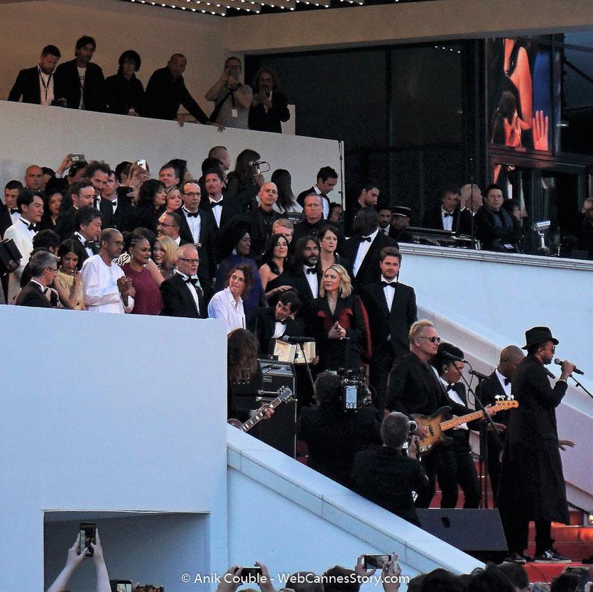 Sting, chanteur et musicien anglais et Shaggy, chanteur, musicien et DJ jamaïcain, en concert sur les marches du Palais, lors de la Clôture du Festival de Cannes 2018, entourés des lauréats, du Jury et des  invités - Photo © Anik Couble