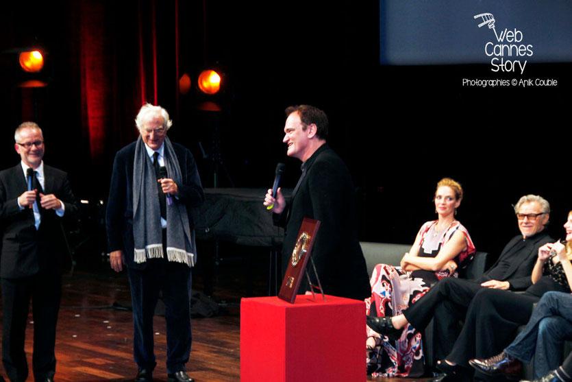 Quentin Tarantino, entouré de Bertrand Tavernier, Thierry Fremaux, Uma Thurman, et Harvey Keitel, lors de la Remise du Prix Lumière - Festival Lumière - Lyon - Oct 2013 - Photo © Anik COUBLE