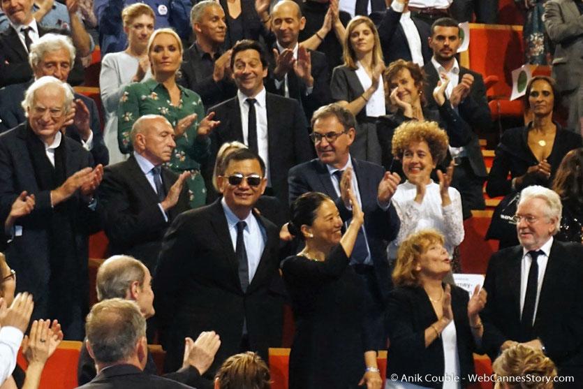 Standing ovation pour Wong Kar-wai, lors de son arrivée, à la cérémonie de remise de son Prix Lumière  - Festival Lumière 2017 - Lyon  - Photo © Anik Couble