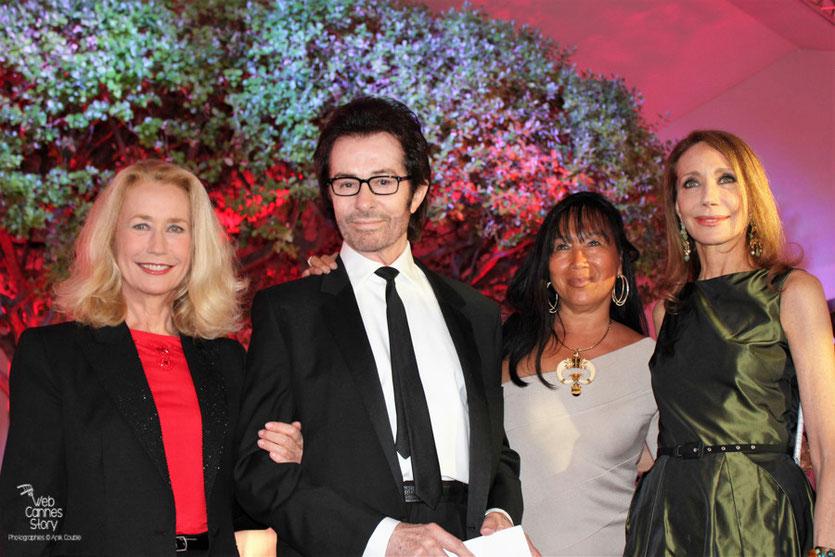 Brigitte Fossey, Georges Chakiris, Mei-Chen Chalais et Marisa Berenson lors de la remise du Prix François Chalais à Nadine Labaki - Festival de Cannes 2011 - Photo © Anik Couble