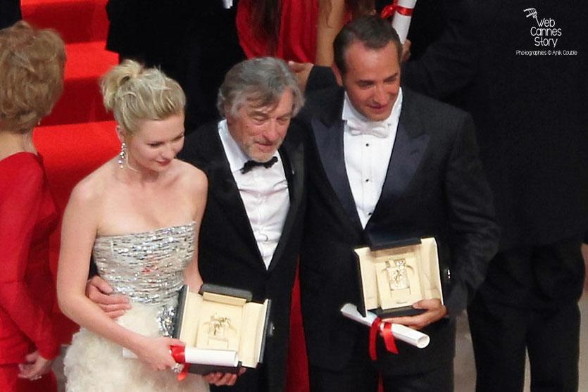 Robert De Niro,  Président du Jury,  entouré de Kirsten Dunst et Jean Dujardin  - Festival de Cannes 2011 - Photo © Anik Couble