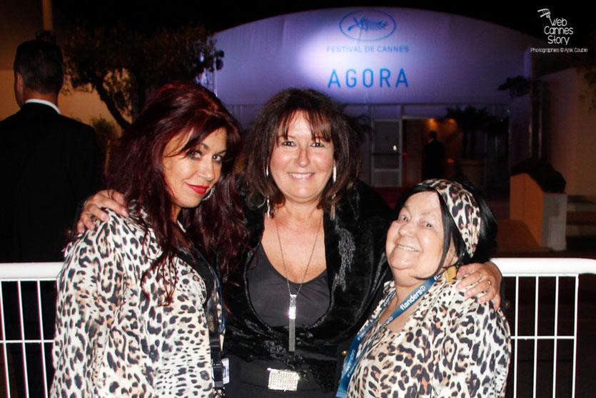 Anik Couble en compagnie de ses  2 amies Pascaline et Esméralda, les célèbres femmes panthères - Festival de Cannes 2015 - Photo © Anik Couble