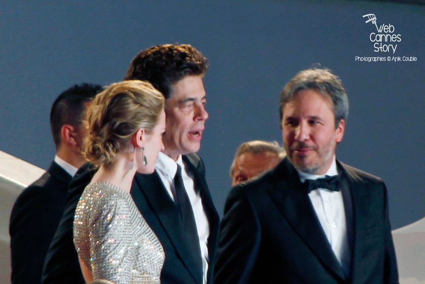 """Emily Blunt, Benicio Del Toro et Denis Villeneuve, sur les marches pour la projection du film """"Sicario"""" de Denis Villeneuve - Festival de Cannes 2015 - Photo © Anik COUBLE"""