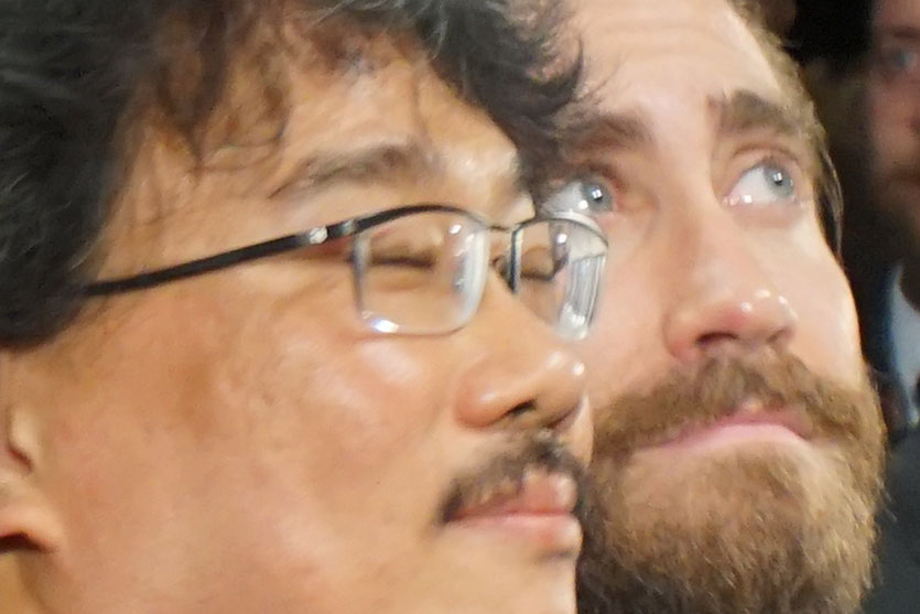 Jake Gyllenhaal et Bong Joon Ho, lors de la projection du film Okja, de Bong Joon Ho - Festival de Cannes 2017 - Photo © Anik Couble