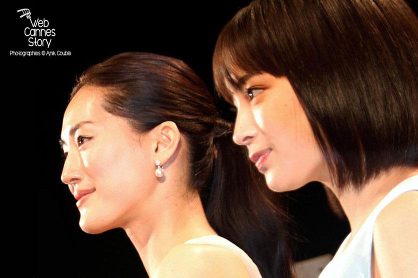 """Haruka Ayase et Suzu Hirose, lors la projection du film """" Notre petite soeur """" de Hirokazu KORE-EDA - Festival de Cannes 2015 - Photo © Anik COUBLE"""