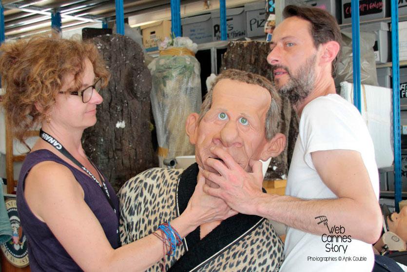 Laurent, préparant la marionnette de PPDA - Coulisses des Guignols de l'info - Festival de Cannes 2012  © Anik COUBLE