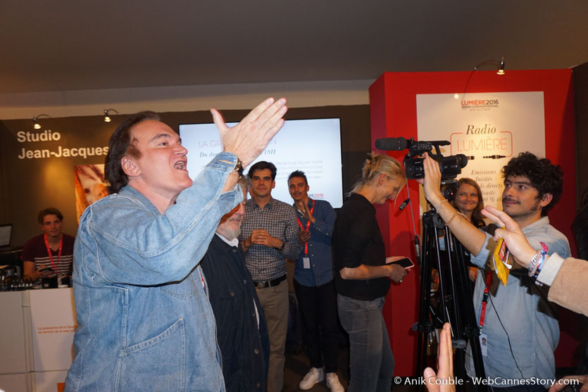 """Quentin Tarantino, saluant le public,  à la sortie de """"La Grande Emission""""  de Radio Lumière - Festival Lumière 2016 - Lyon - Photo © Anik Couble"""